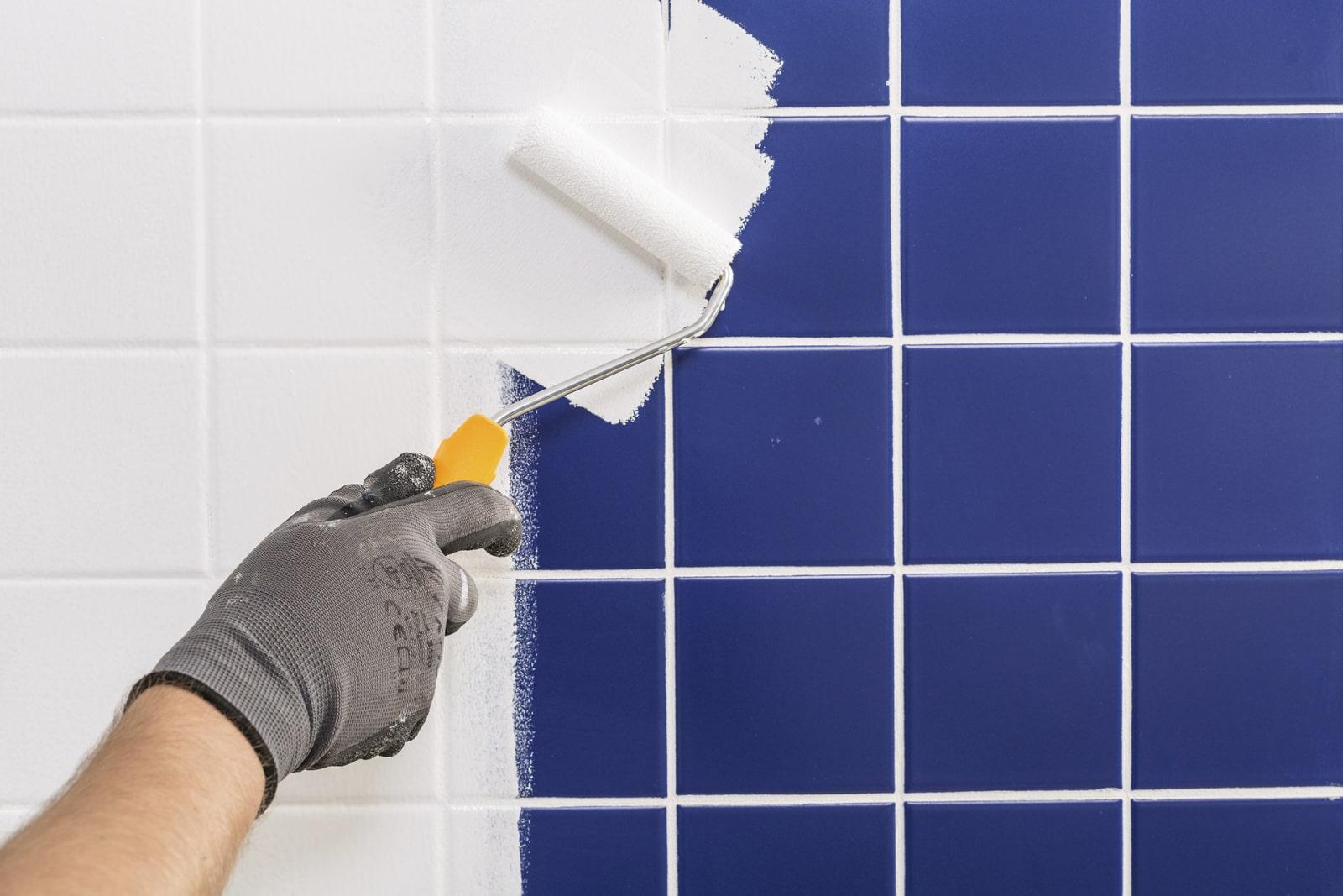 Як прибрати з плитки фарбу